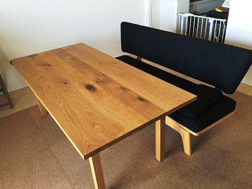 ソファは、自然素材に特化したオーダー家具店で購入したお気に入りだそう。「座面が平らなのであぐらをかいたり寝転んだりしやすいんです」とAさん。合わせて、オーク無垢材のダイニングテーブルも揃えている。「節があるため少し安く購入できました。食後にテーブルを拭いている感触が気持ち良く、買って良かったです。部屋の中心に木があると、なんとなく落ち着きますね」。