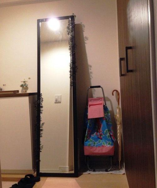 玄関には妹さんが持参した鏡を設置。既存の収納には備蓄食料など災害時の用品も収めている。「妹が心配性で、全部揃えてくれました」。
