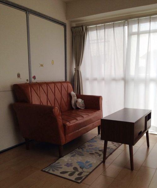 リビングのソファはインテリアショップで購入。「ローコストで座りやすく、コンパクトなので搬入もしやすいところが気に入りました」。