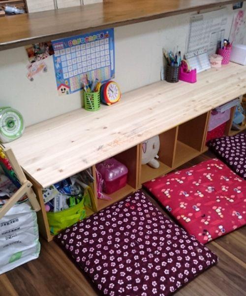 一枚板をホームセンターで購入して、カラーボックスの上に配置することでテーブル代わりに。「子どもが小学校に入ったら、ここが宿題スペースになると思います」。