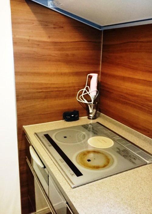 IHコンロで掃除がしやすく使いやすいというキッチン。「前居では置き型の食洗機を使用していましたが、現在はビルトインになのでキッチンがすっきりとしています。ただ、容量が減ってしまったことが残念ですね」。