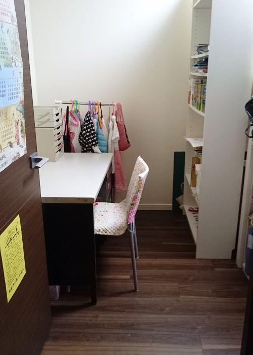 夫人と娘さんの居室。収納棚の奥には2段ベッドを設置して、限られたスペースを有効に活用している。