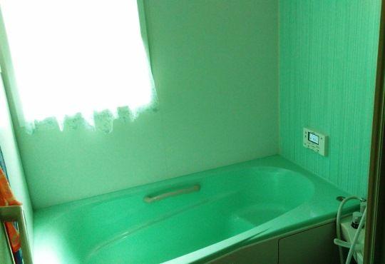 浴室は壁も浴槽も緑。「元気が出る色を意識して全体のクロスなどを選んでいますが、浴室は落ち着ける空間にしたいと思いました」。トイレも緑で揃えたそう。