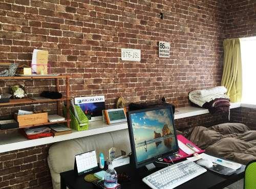 カフェ風に一新した書斎兼寝室。「義理の息子が内装業に従事しているので、レンガ調の壁紙を張ってもらいました。床も塗装してもらうなど、日々進化しています」。現在は和室のリフォームを検討中だそう。