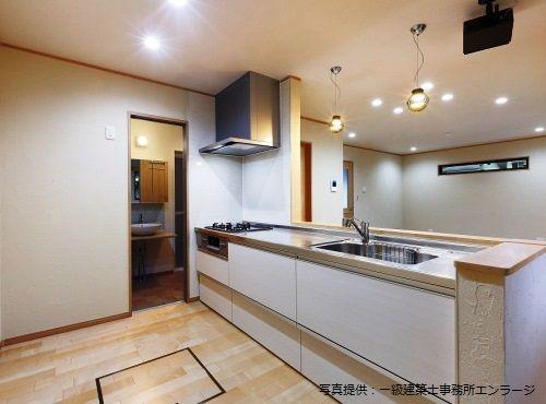 夫婦ともに立つことが多いというキッチンは、壁付きから、対面式に変更した。「家事動線がよく使いやすいです」とGさん。夫人が作った料理をGさんがダイニング側から受け取って配膳することも多いそう。