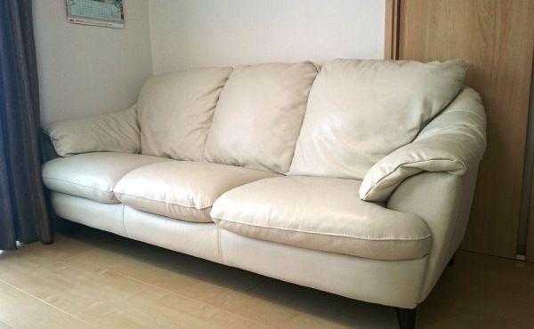 リビングにはイタリアの革製ソファを設置。「子どもが3人いるので『白だとすぐに汚れてしまうかも』と不安でしたが、意外ときれいに使ってくれています」。