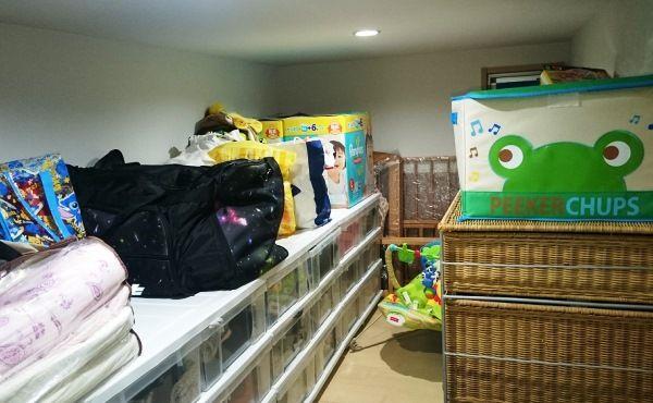 小屋裏収納には、10個近くの衣装ケースが収められ、オフシーズンの衣類などをしまっている。「長男の小さくなってしまった衣類を、次男が大きくなるまで保管するスペースとしても重宝しています」。