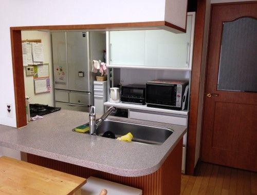 オープンキッチンはフルフラットタイプ。カウンターは、ダイニングテーブルへ食事を運ぶ際の一時置きに活用しているそう。「下に脚立を置いて、息子に食器を拭いてもらうこともあります。対面キッチンだと、お手伝いに興味を持ってもらいやすくていいですね」。