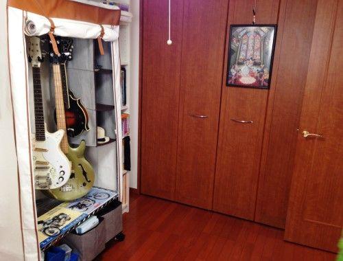パソコンスペース兼、物置として使用されている洋室。「ギターや妻の服などを収納しています」。