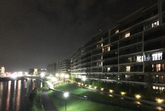 マンション周辺の歩道と外観は、毎晩ライトアップされている。美しい夜景に癒されている住民も多いそう。