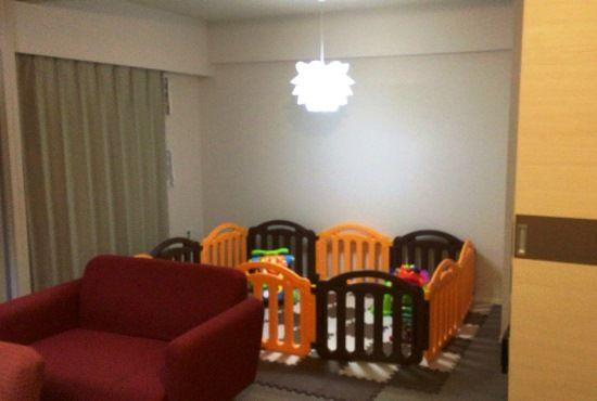 リビングに隣接する居室は、引き戸を開ければ一続きの空間として利用できる。「リビングで寛ぎながら、子どもの遊ぶ姿を見守ることができて、すごくいいですね」。