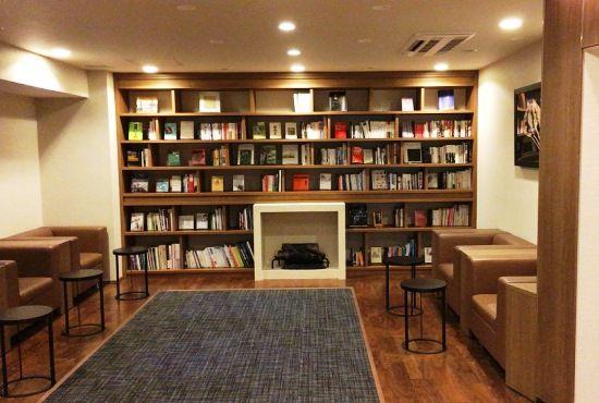 共用スペースの充実も、Kさんがマンションを購入する決め手になったという。「ブックサロンでは、ブックコンシェルジュがセレクトした書籍を自由に閲覧できる。