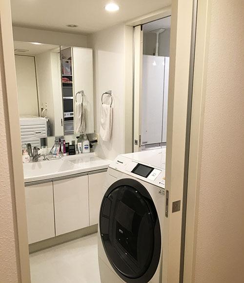 広めの洗面台は、朝2人並んで支度ができるので助かっているそう。奥様は台所、洗面所、浴室の導線がつながっているのがお気に入り。