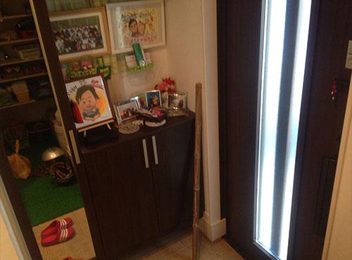 玄関サイドにはミラー張りの靴箱が設置されている。「靴箱を買わずに済んで良かったです」。