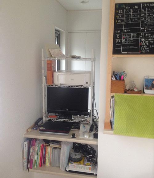 キッチンの横にはカウンターが設置されている。パソコンやプリンター、仕事に関する冊子や書類などもしまっている。「夫婦ともに重宝しています」。