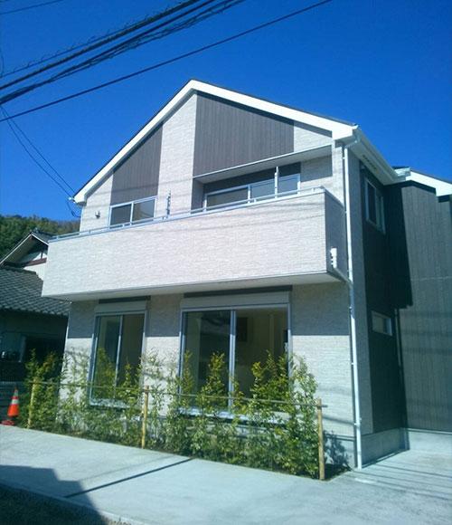 ホワイトを基調としたシンプルな外観。「屋根が大きく面構えの良いところがお気に入りです」。