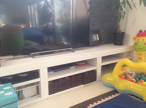 リビングの壁一面にカウンターが造作されている。50インチくらいのテレビを配置してもゆとりがあり、下部の棚にはDVDやお子様のおもちゃをしまえる。「テレビ台を購入せずに済んでラッキーでした」。