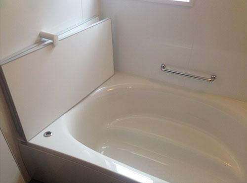 浴室は、浴槽も洗い場も広々とした印象。「家族全員でワイワイと入れます。前居では大人2人が入ると窮屈でしたが、今は子どもの身体を洗ってあげやすいです」。