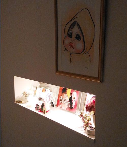 壁にはニッチが設けられ、内部には照明も備えられている。「ディスプレイを楽しんでいます」。