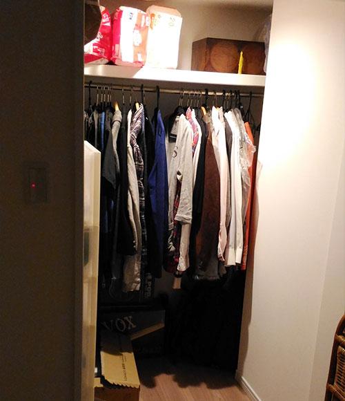 ウォークインクロゼットは間口を広げて行き来しやすいように。夫の衣類をしまっている。「収納ボックスもたくさん入り、収納力があります」。