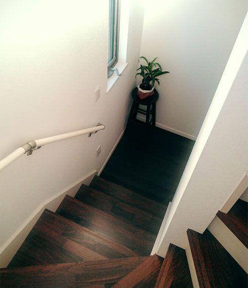 ゆとりのある作りの階段が、Iさんのお気に入り。「見学した他の物件は階段が急で狭かったのですが、こちらは手すりも付いていて幅もあり、安心して昇降できます」。