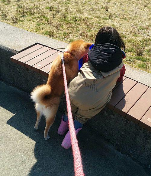 愛犬も大切な家族の一員。「娘はわんちゃんのことを、双子の妹だと思っているようです(笑)」。