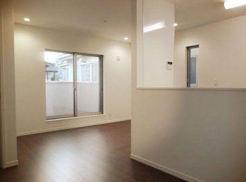前居よりも広くなったリビングダイニング。「引っ越した時には『どんな家具を置こう』とワクワクしました。シンプルなソファを置いて寛げるようにしました」。