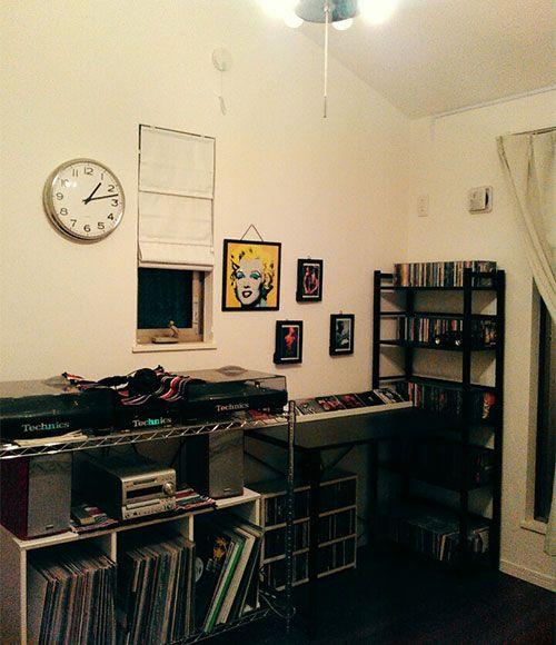 3階の小さな部屋を、Iさんの趣味部屋に。DJブースを設置し、レコードやCDも収納している。「引っ越してからはよく利用するようになりました。親子で音楽を聴いていることも多いですよ」。
