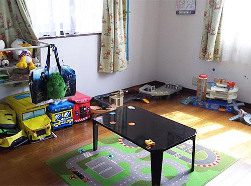 お子様のおもちゃをたくさん並べても、ゆとりある広さ。2面に大きな窓があるので、明るく風通しも良好だ。