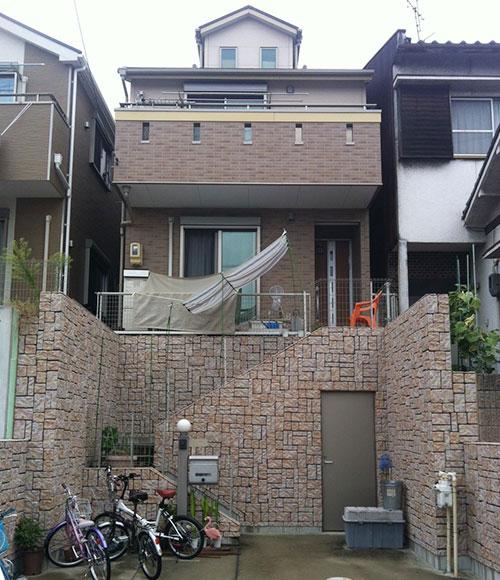 I邸は建売住宅だが、同時に複数棟を建築するスタイルではなかったと言う。「洋風の佇まいは近隣の住戸と調和しつつ、似通ってもいなくて気に入っています」。