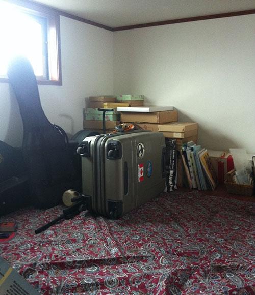 小屋裏収納には、お子様の本やおもちゃ、トラベルケース、楽器など、日常的には利用しないものをまとめて収納している。