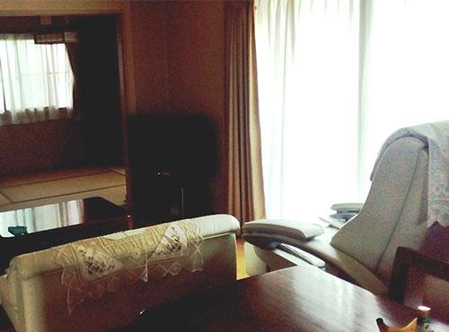 リビングは、隣接する和室が一続きで広々と使える。「ソファを新調し、寛いで過ごせるようにしました」。