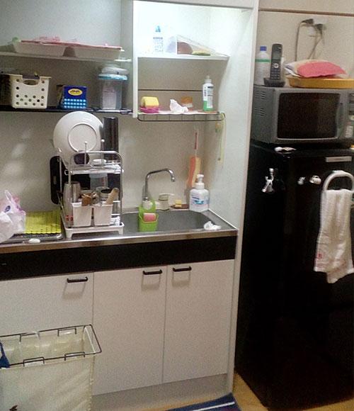 2階にはミニキッチンを設置。「IHコンロがあるのでお湯を沸かすこともできますし、洗面所代わりにも使えます。冷蔵庫も備えているので、キッチンまで飲み物を取りに行く手間も省けて便利です」。