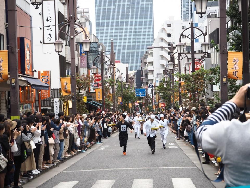 大勢の観客に「アレー」(フランス語で「頑張れ」の意味)と声援を送られながら走る参加者。