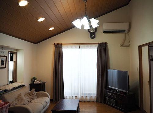 勾配天井で視覚的に広さを感じるリビング。「LDKが2階にある間取りなので、周囲の視線を気にせず過ごせるところがいいですね」。