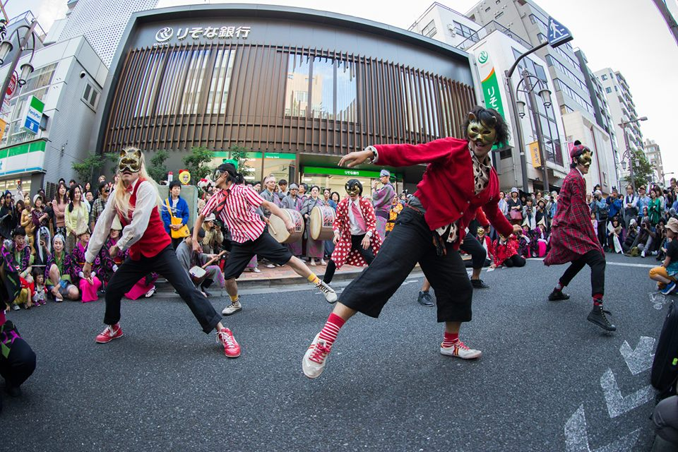 化け猫フェスティバルのフィナーレを飾った「あにゃ踊り」は、阿波踊りの生太鼓に合わせて踊ったり、寝っ転がったり、大盛り上がり!