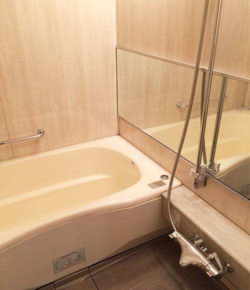 浴室はホテルのように広々としていて快適。「規約上外干しができないので、室内干しにも重宝していました」。