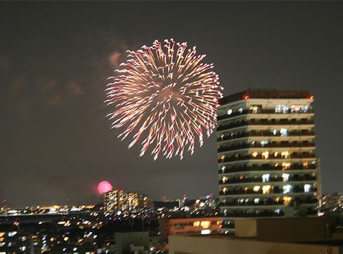 北側ベランダは、近隣で打ち上げられる花火の鑑賞スポットとしても最適。南側のベランダではテーマパークの花火を毎日眺められます。「写真のように、2ヶ所で花火大会が開催された日には同時に鑑賞できることもあるんですよ」とWさん。