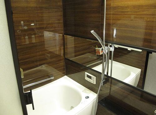 ダークブラウンを基調とした落ち着いた雰囲気の浴室。ゆったりと寛ぎやすいそう。