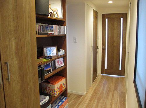廊下にはディスプレイもできる収納スペースが設けられている。「お気に入りのCDなどを飾っています」。