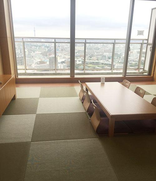 和室のゲストルームから、ビル群を望む。「東京スカイツリーと東京タワーが両方見ることができる、マンション随一の眺望です」。
