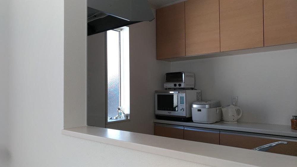 キッチン家電は引っ越した後に買いそろえた。「電子レンジやオーブン、炊飯器など、全て白を基調としてセレクトを行い、すっきりとしたキッチンを目指しています」。