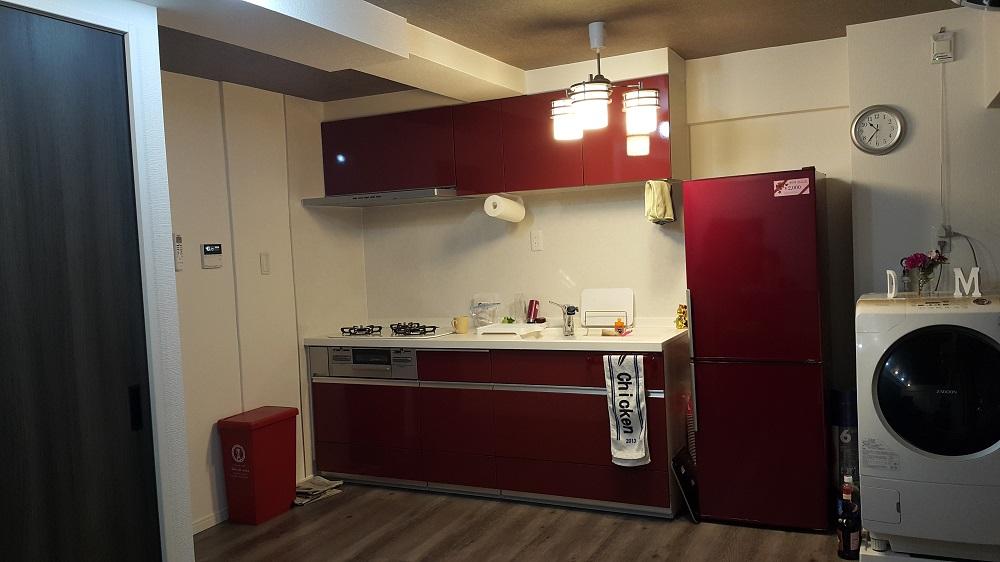 LDKは、壁紙や建具に黒を取り入れたモダンな空間。鮮やかな赤のキッチンが差し色になっている。