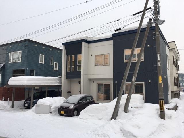 家の横にはカーポートを設置。後ろにもう1台停めるスペースがある。写真右側にはウッドデッキも設置されているが、冬季は雪で埋もれてしまうそう。「除雪車があまり入らないエリアであることは承知の上で土地を購入したのですが、雪かきが大変です。多い日は1日3回ほど雪かきをしています。最近は長男も手伝ってくれるようになり、少しラクになりました」。