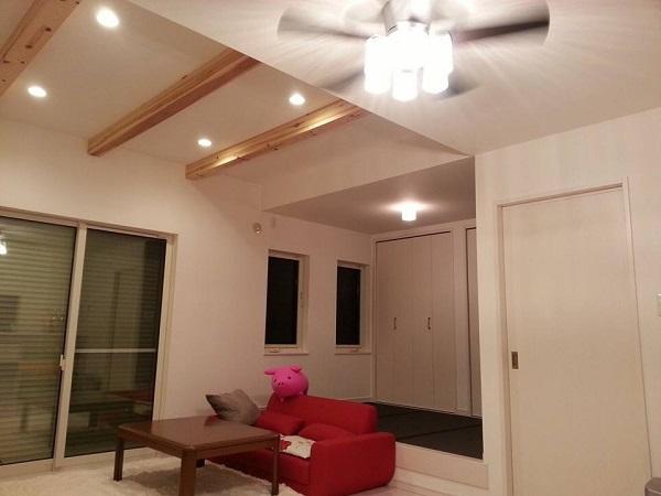 リビングは、ハウスメーカーのはからいで梁を露出させて天井を高くとった。隣接する小上がりの畳コーナーは、お子様の遊び場として活用中だ。「リビングは開放感があって寛げますし、畳コーナーは絵を描いたり、工作をしたり、子どもたちが自由に使えて重宝しています」。