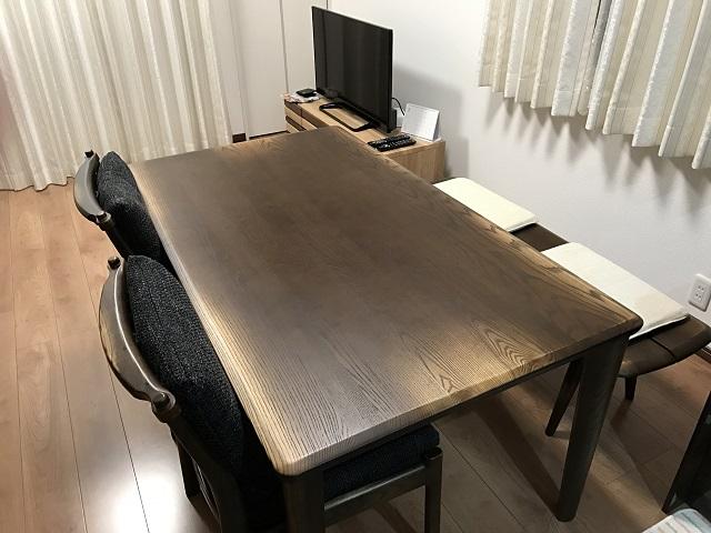 浮造(うづくり)のダイニングテーブルは、老舗家具メーカーのギャラリーが撤退する際、アウトレット価格で購入したもの。「ベンチとともに使い勝手がいいですし、何より無垢材の存在感があってお気に入りです」。