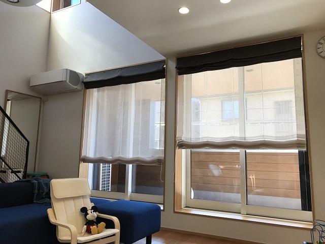 リビングダイニングにたくさんの自然光が入るよう、南向きの窓を設置。階段上部にもFIX窓を設置し、朝日が感じられるように配慮している。「日射量シミュレーションをしてもらい、冬の低い太陽はできるだけ取り込み、夏は日差しがキツくならないように配慮して、窓の位置を決めてもらいました」。