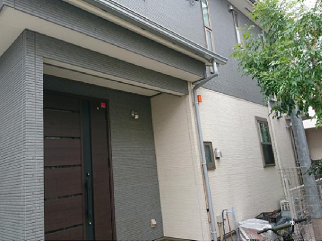 外観のデザインは、ハウスメーカーにお任せ。玄関が約2畳と広いところがお気に入りだそう。「ベビーカーや子どもの自転車をしまえて、雨の日などに便利です」。