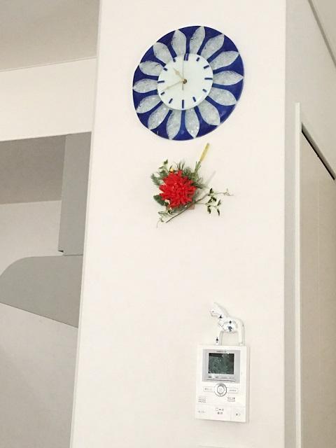 キッチンサイドの壁面には、フラワーモチーフの壁掛け時計や北欧雑貨などを飾って空間のアクセントにしている。