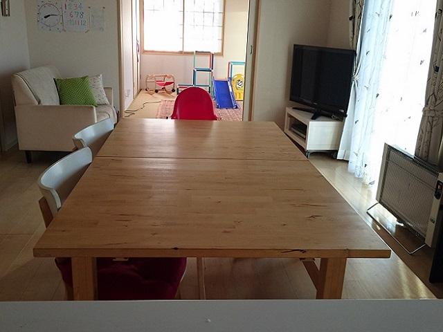 リビングダイニングと和室が一続きの間取り。「和室はおもちゃを置いて、子どもを遊ばせるスペースとして活用しています。キッチンで料理をしながらも目が届く配置です」。